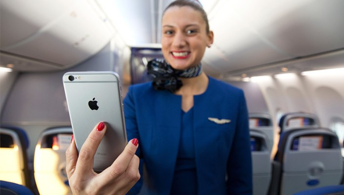 Letuška United Airlines a iPhone 6 Plus - svetapple.sk