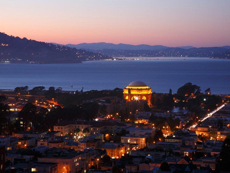 Nočný výhľad z domu na rozsvietené San Francisco - svetapple.sk
