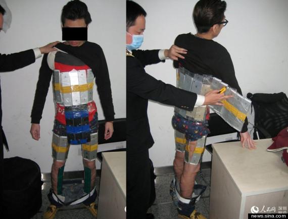Pašerák s takmer 100 pašovanými iPhonmi na svojom tele! - svetapple.sk