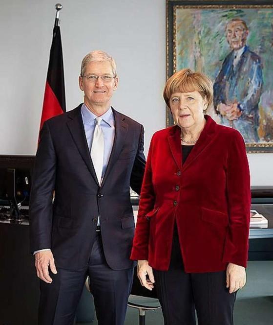 Tim Cook a Angela Merkelová - svetapple.sk