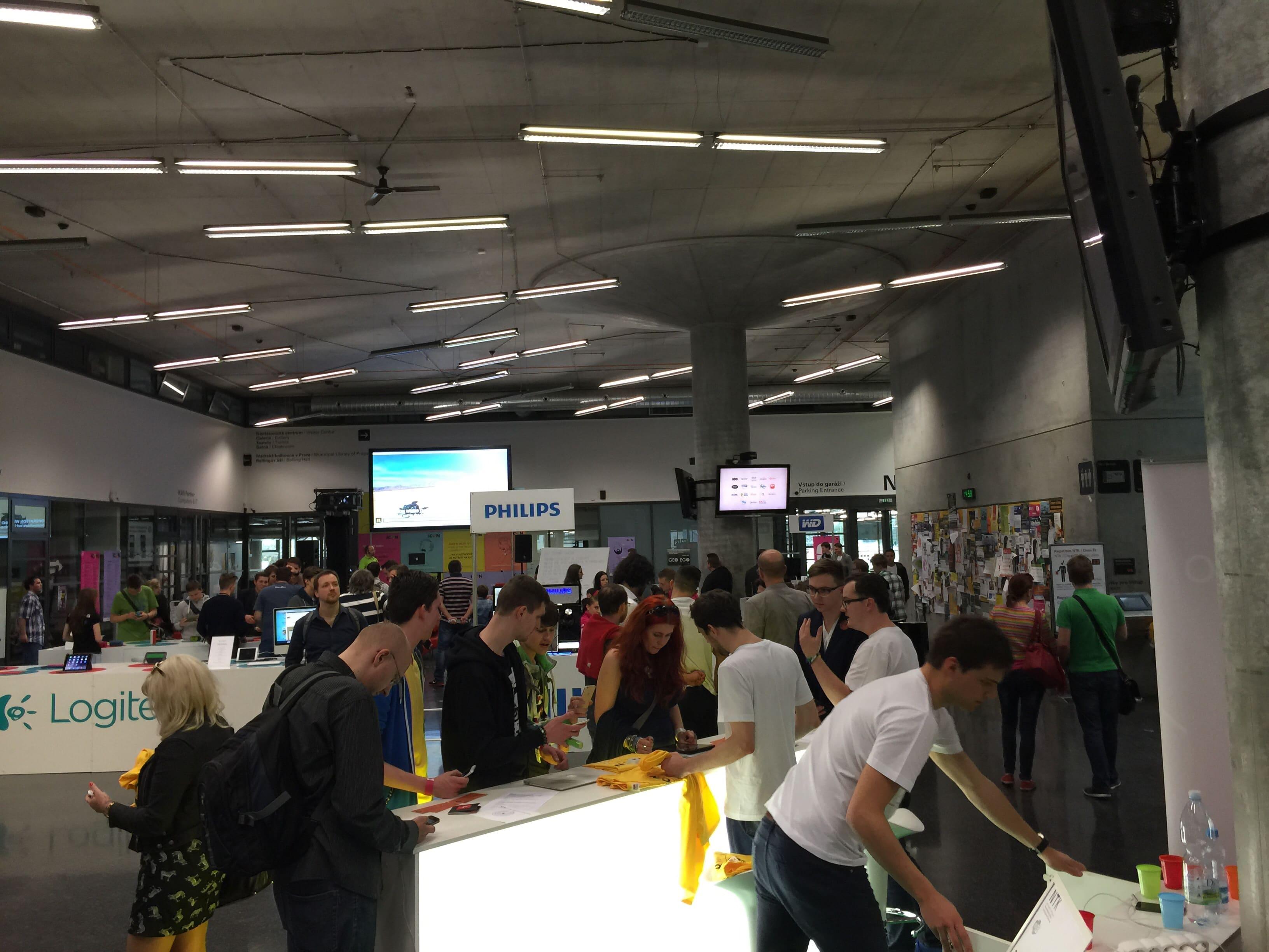 Na konferencií sa pohybovalo naozaj obrovské množstvo ľudí, patrili medzi nich aj naozaj zaujímavé osobnosti, ktoré konferencia jednoducho zaujala! - svetapple.sk