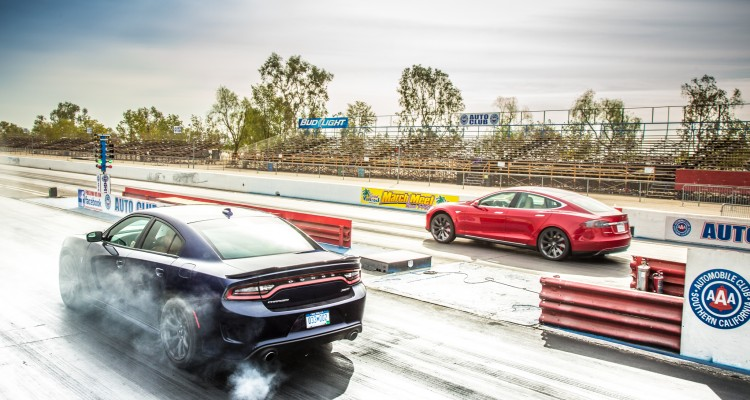 Dodge Charger SRT8 Hellcat vs. Tesla P85D - svetapple.sk