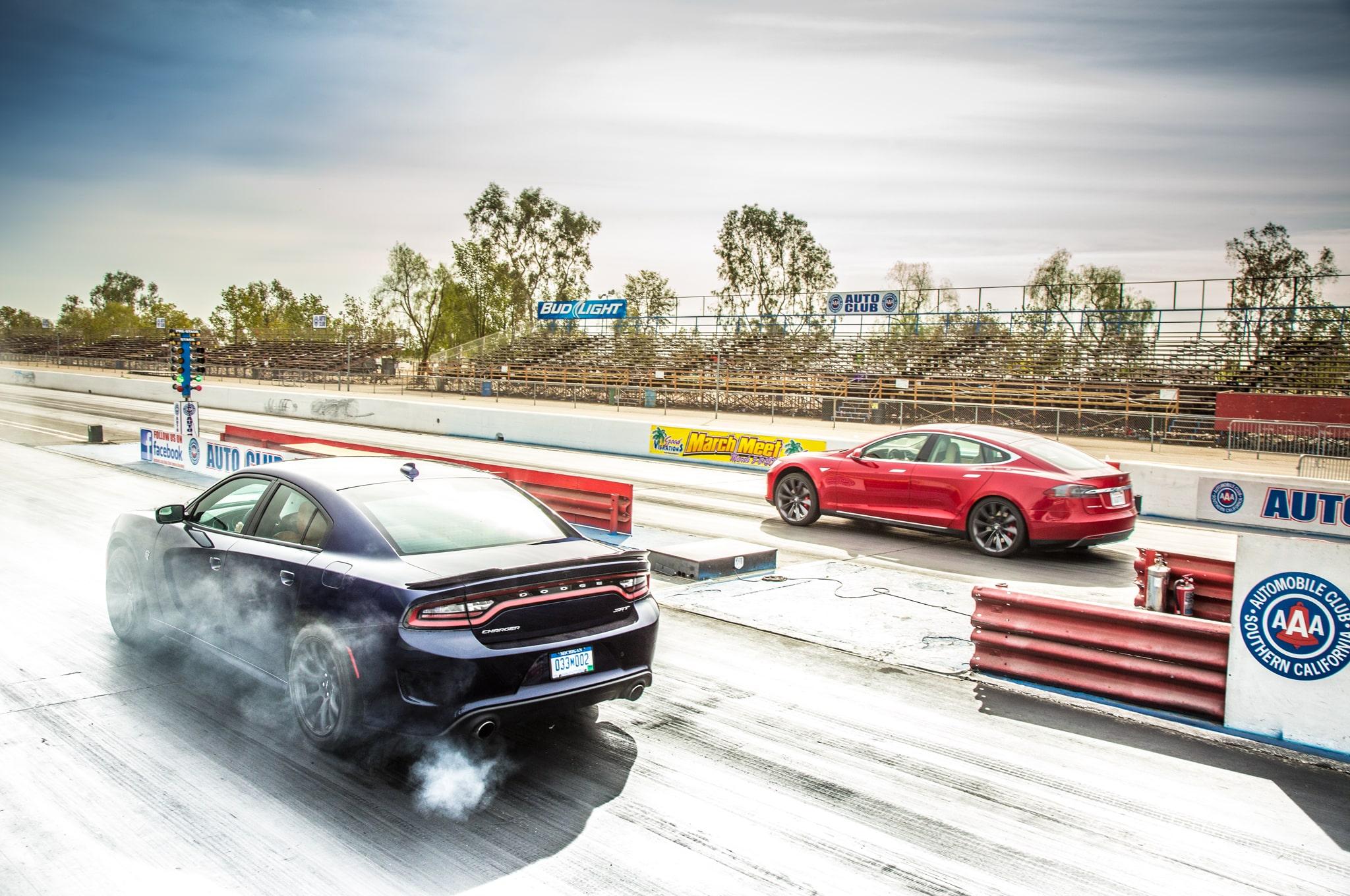 Dodge Charger SRT8 Hellcat vs. Tesla P85D - svetapple.sk