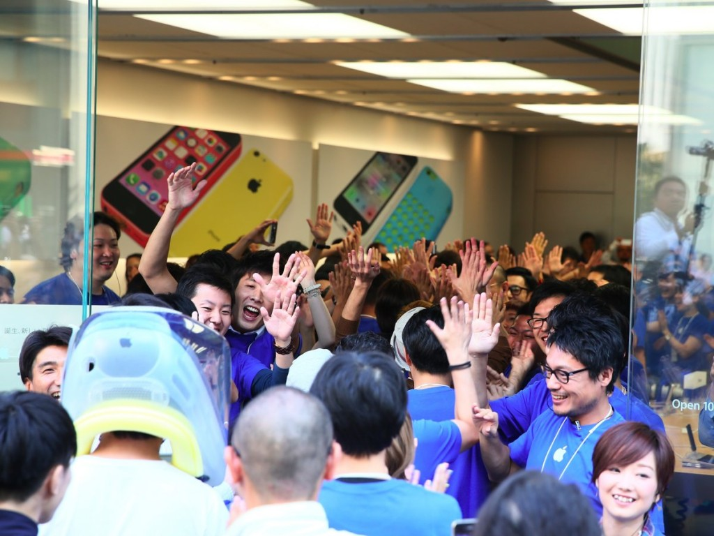 september-2013-apple-employees-dole-out-high-fives-as-customers-ambush-the-store-in-toyko-japan