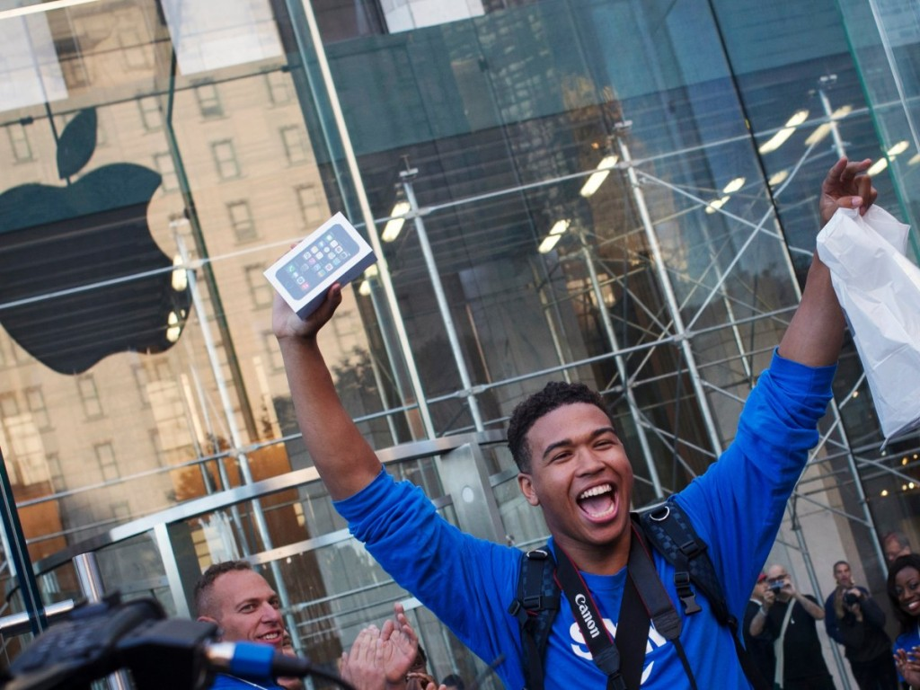september-2013-one-of-the-first-customers-to-snag-the-iphone-5s-pulls-a-rocky-outside-the-apple-store-on-fifth-ave-in-manhattan-new-york