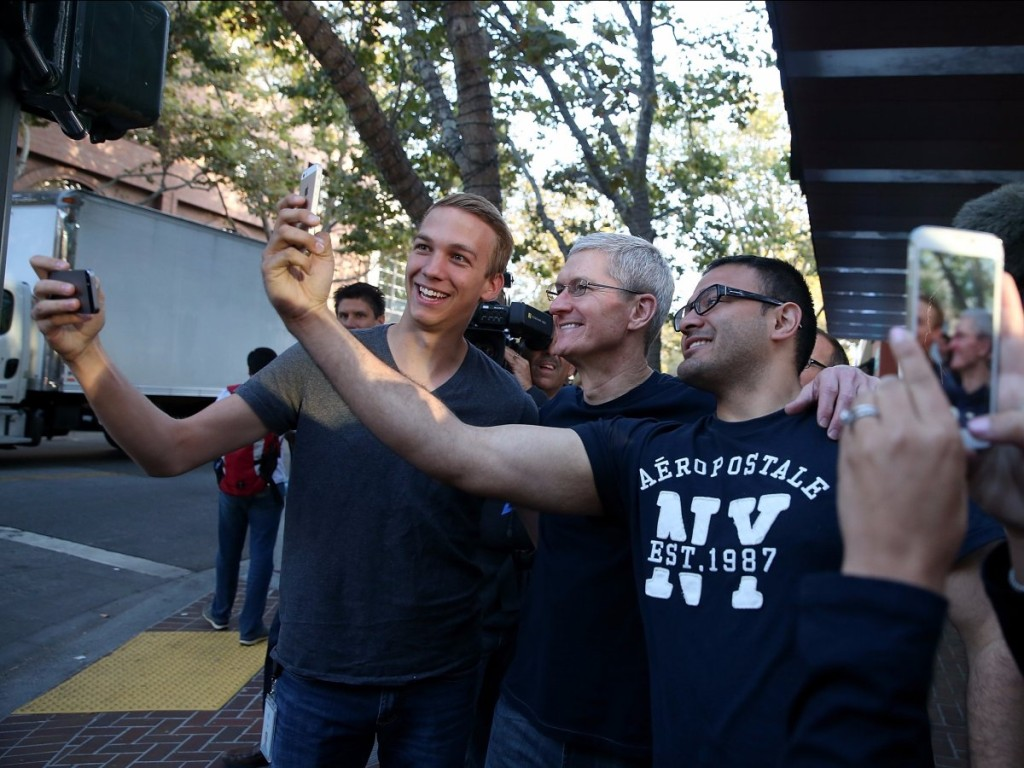september-2014-even-apple-ceo-tim-cook-had-a-great-time-at-the-iphone-6-launch-in-palo-alto-california-he-posed-for-selfies-with-customers-in-line
