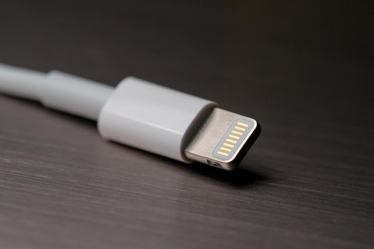 Prečo sa káble od iPhonu lámu? Nie, naozaj nás Apple nechce nútiť ku kúpe nového kábla. Dôvod je iný!