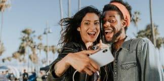 Prečo sú selfie fotky na iPhone po odfotení zrkadlovo otočené?