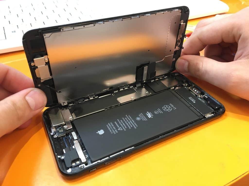 Technik musel v prvom rade telefón otvoriť - svetapple.sk