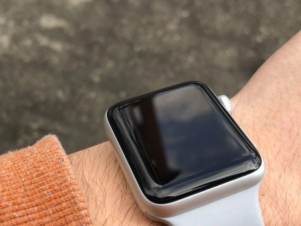 Drobné škrabance síce nie je dobre vidieť, no pri určitom svetle dokážu pekne pokaziť zážitok s produktu - svetapple.sk