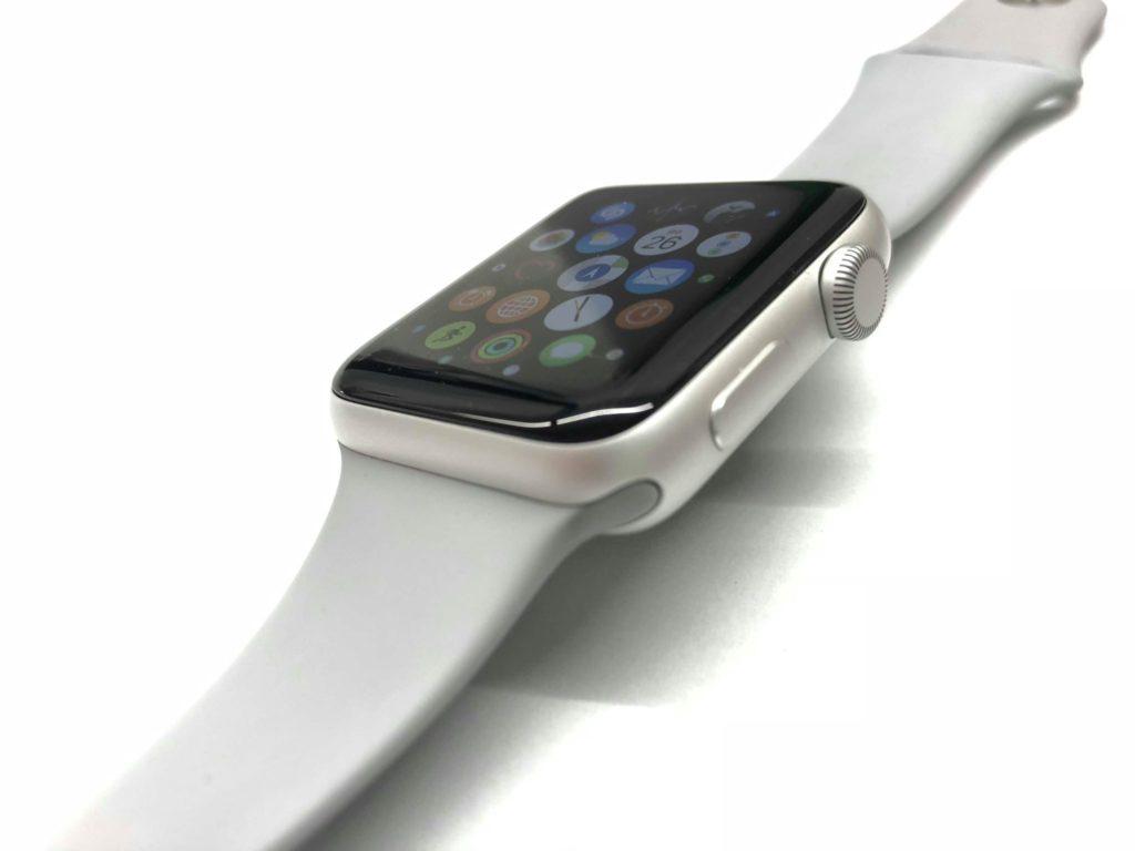 Displej na hodinkách Apple Watch používa technológiu OLED. Vo verzii Series 3 je 2x jasnejší. Je perfektne čitateľný aj z rôznych uhlov - svetapple.sk