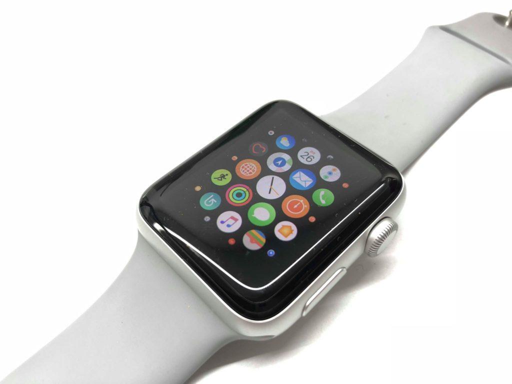 Hoci sú ikonky len veľmi mále, ovládajú sa skvele. Hodinky vedia perfektne predvídať, kam si asi smeroval so svojim prstom a otvoria takmer vždy tú správnu aplikáciu. Ak sa aj pomýlia, ospravedlňujú to zákony fyziky, keď je tvoj palec veľký a hodinky veľmi malé - svetapple.sk