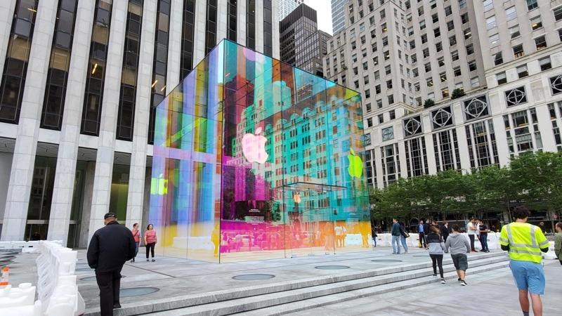 Ikonický Apple Store žiari v zaujímavých farbách. Takto sa dá osloviť celý svet. - svetapple.sk