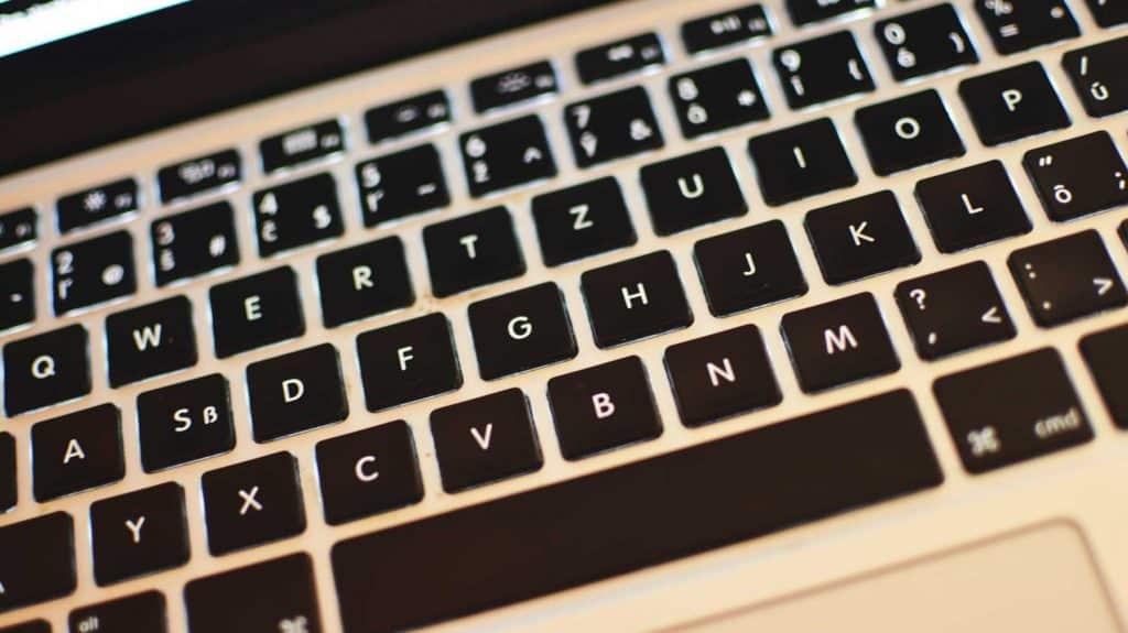 Do MacBooku sa na budúci rok vráti klasická klávesnica.