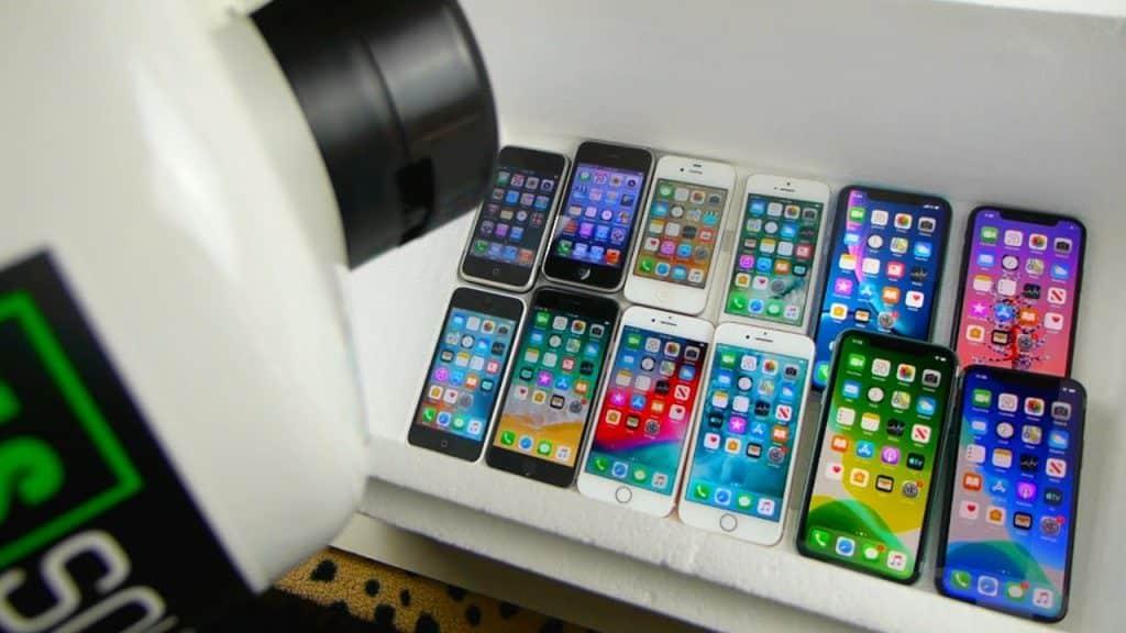 iPhone každej dizajnovej generácie vs. tekutý dusík. Dokáže to niektorý z modelov prežiť? - svetapple.sk