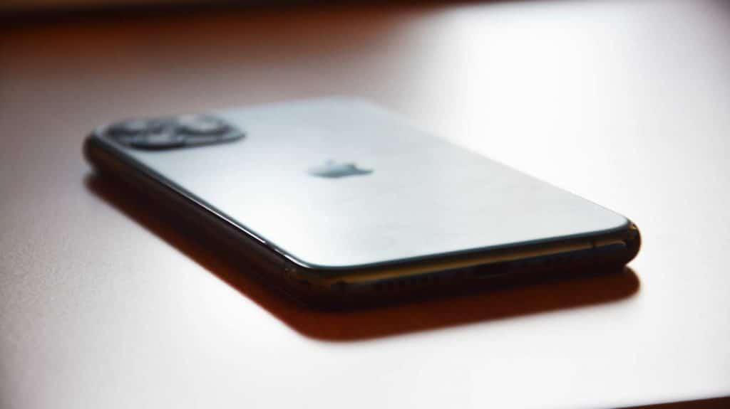 Dobre si rozmyslite, či s ním pôjdete do vody. Z iPhonu 11 Pro nám vytŕča tesnenie.