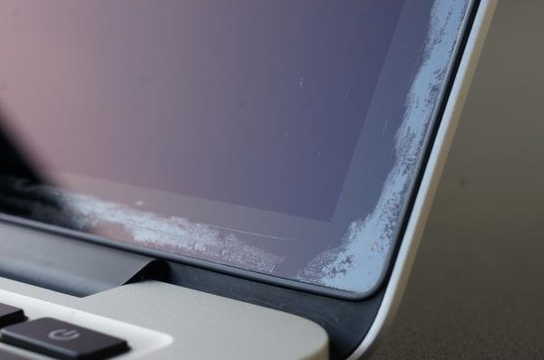 Problém s displejom na MacBooku? Apple vám ho zadarmo vymení.