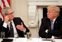 Donald Trump žiada Apple, aby odomklo iPhone pre FBI.