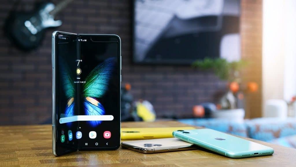 Petr Mára vyskúšal Samsung Galaxy Fold a porovnal ho s iPhonom.