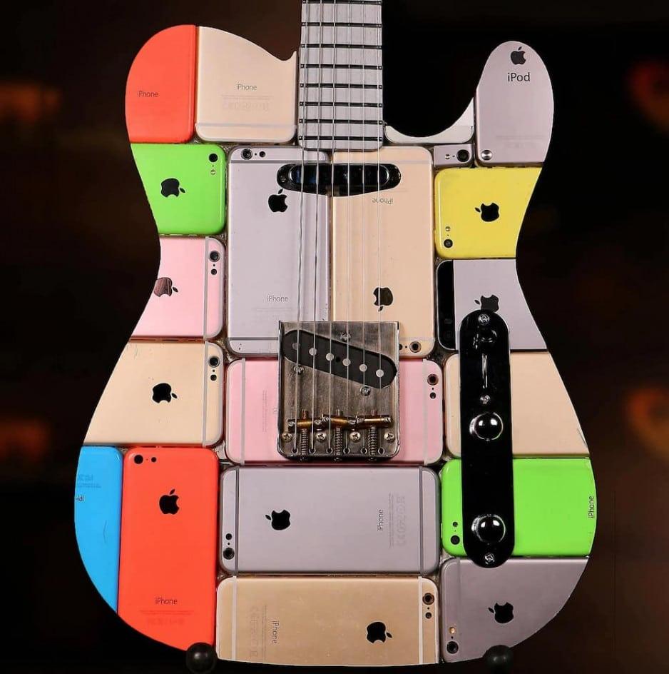 Chlapík vyrobil zo 107 iPhonov funkčnú gitaru. Je na predaj.