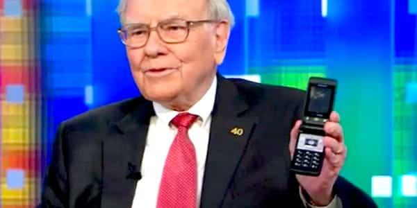 Warren Buffett prešiel vo veku 89 rokov na iPhone.