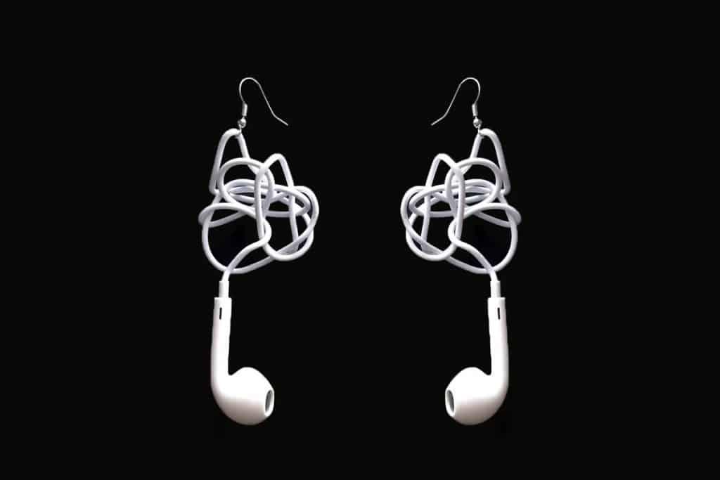 Náušnice z EarPods? Dnes je predsa v móde všetko možné.