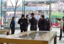 Apple kontroluje zákazníkov v Číne kvôli koronavírusu.