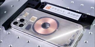 Chlapík dokáže pomocou laseru vyrobiť transparentný iPhone!