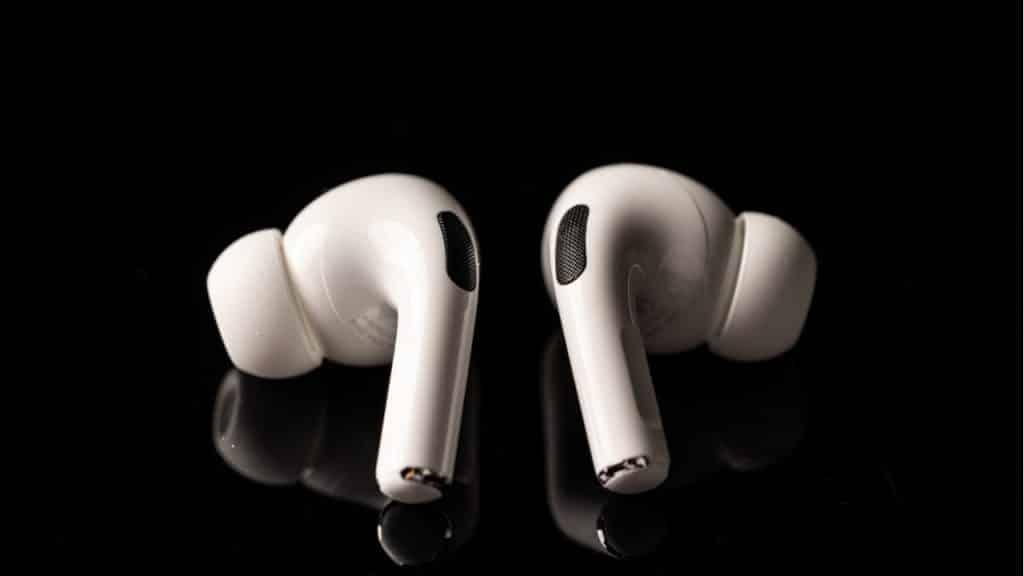 Apple čoskoro začne s výrobou lacnejších AirPods Pro Lite.