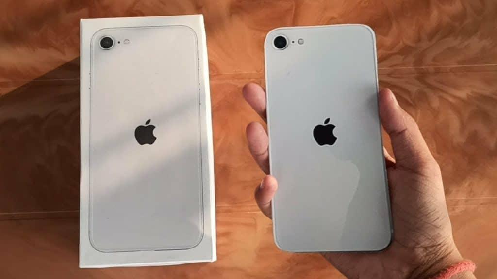 """Unobixng - iPhone SE 2. generácie. Pozrite sa ako vyzerá """"naživo""""."""