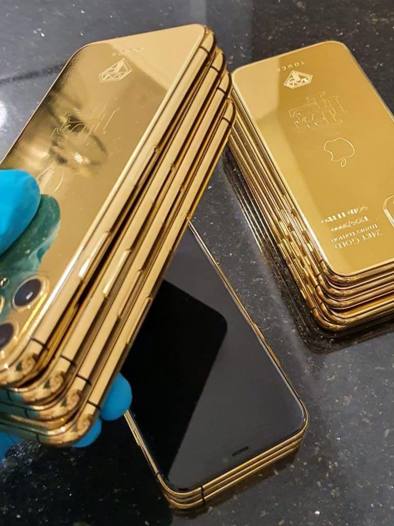 Brat Pabla Escobara predáva zlaté iPhony 11 Pro. Cena je len 499$.