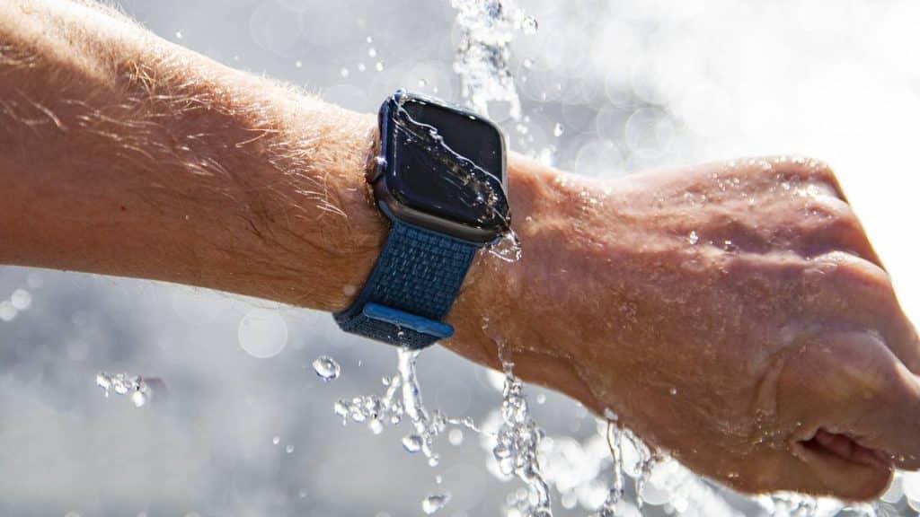Apple Watch môžu dostať prelomovú funkciu. Otestujú vodu a privolajú záchranu, ak sa budete topiť.