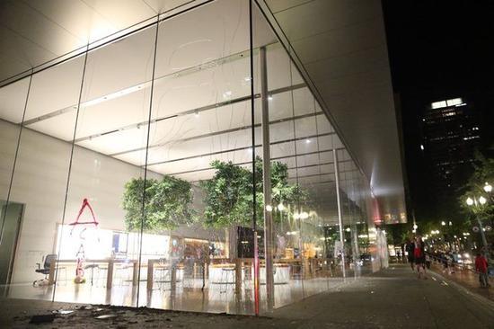 Takto v USA rabovali Apple Store počas posledných dní.