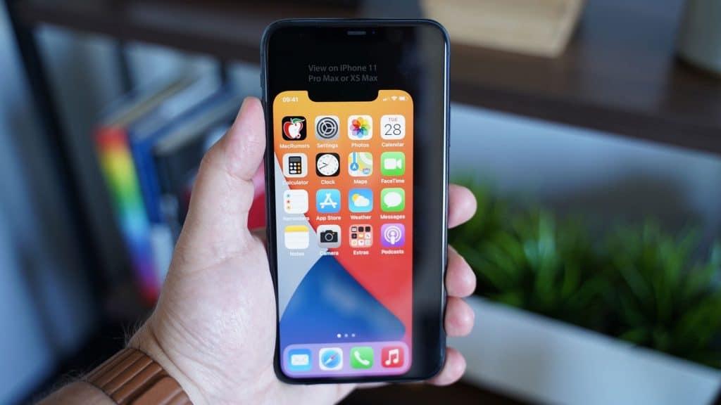 """iPhone 12 s 5,4"""" displejom na obrazovke iPhonu 11 Pro Max"""