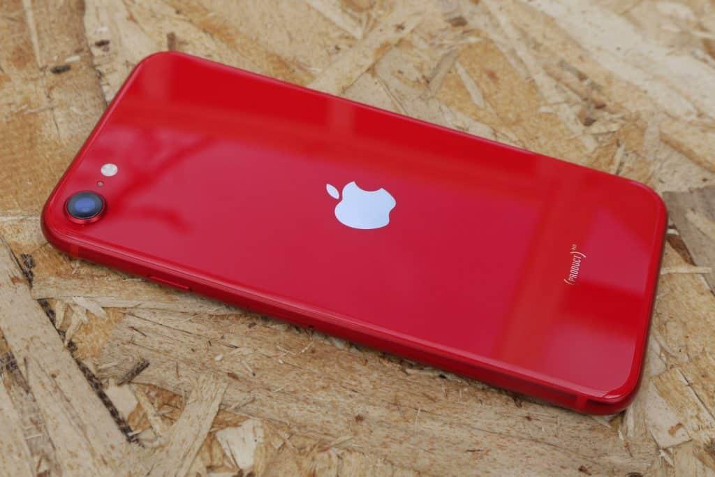 iPhone SE 2. generácie príde o EarPods a nabíjací adaptér koncom tohto roka.