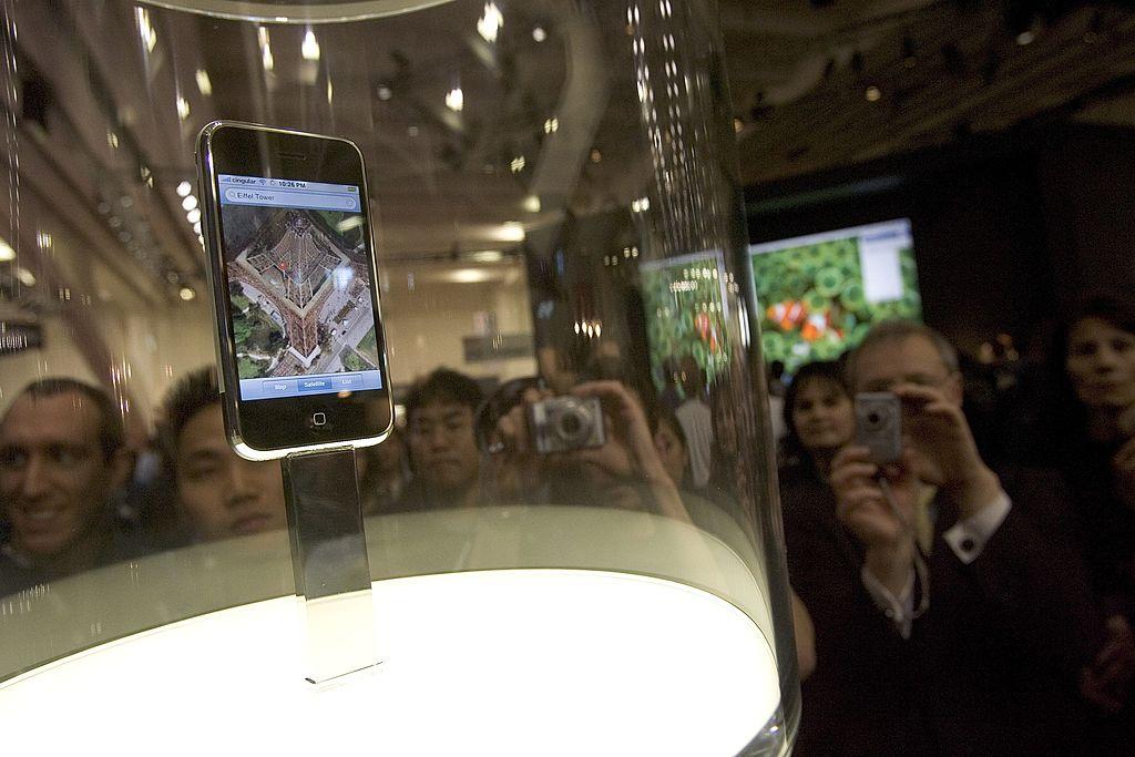 Na začiatku ste si mohli kúpiť aj 4GB verziu. Stála iba 499$. Prvý iPhone sa vypredal do pol hodiny!