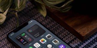 Stiahnite si čisté a elegantné pozadie na iPhone, iPad alebo Mac, ktorým oslávite nový rok