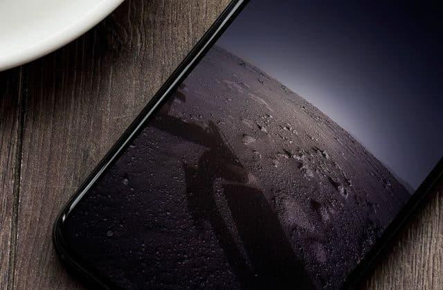 iPhone s vesmírnym pozadím
