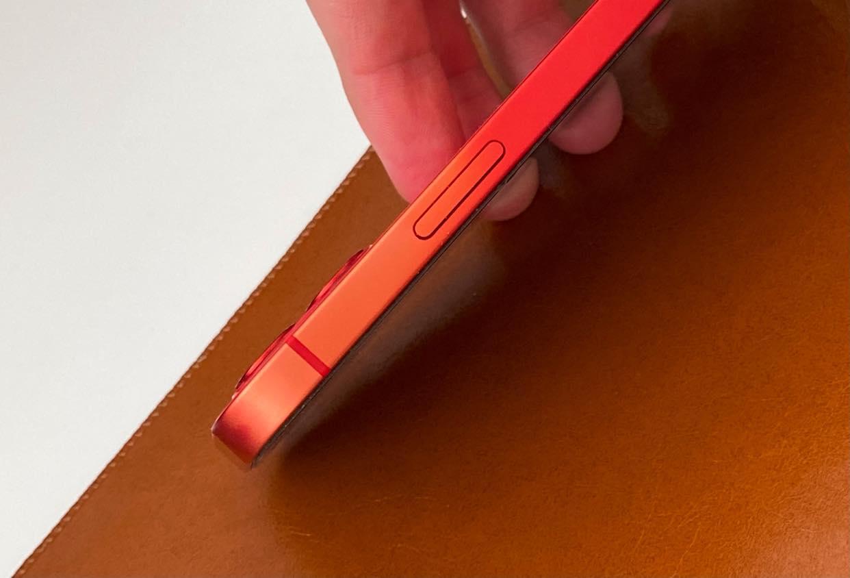 Z červeného iPhonu 12 sa vytratila farba