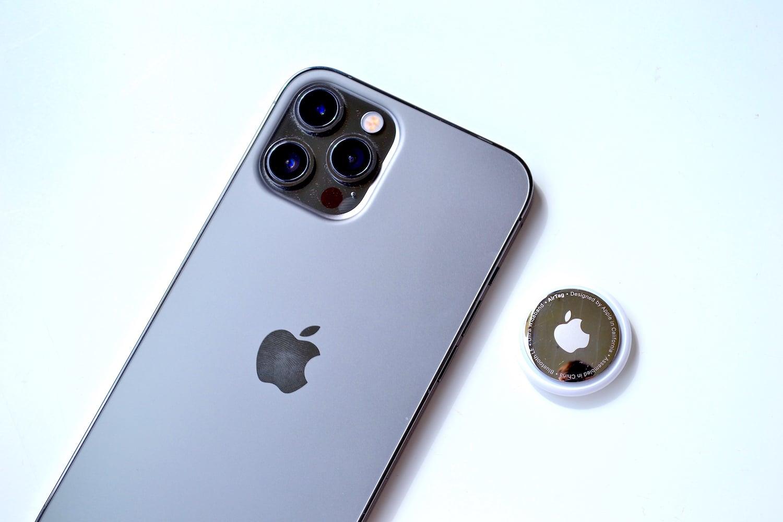 iPhone 12 Pro Max a AirTag
